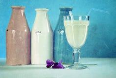 Bottiglie per il latte bianche e blu d'annata di rosa di stile di lerciume, Fotografie Stock Libere da Diritti