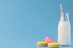 Bottiglie per il latte con le retro paglie a strisce Immagine Stock