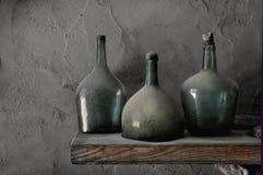 Bottiglie polverose della cantina fotografia stock