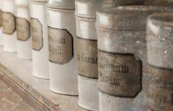 Bottiglie riempite di prodotti chimici immagini stock