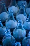 Bottiglie utilizzate che aspettano riutilizzazione immagine stock libera da diritti
