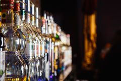 Bottiglie vaghe dell'alcool su una barra Fotografie Stock Libere da Diritti