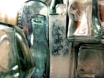 Bottiglie variopinte d'annata antiche della medicina Immagini Stock Libere da Diritti