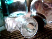Bottiglie variopinte d'annata antiche della medicina Fotografie Stock