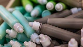 Bottiglie variopinte per l'imballaggio cosmetico di bellezza immagini stock