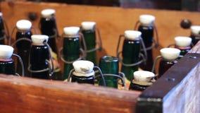 Bottiglie verdi con un'annata stock footage