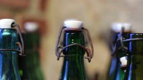 Bottiglie verdi con un cappuccio d'annata stock footage