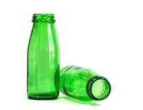 Bottiglie verdi su fondo bianco, fuoco sulla bottiglia sinistra Fotografia Stock Libera da Diritti