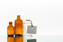 Bottiglie vuote della medicina sui precedenti leggeri Immagine Stock