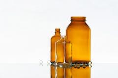 Bottiglie vuote della medicina sui precedenti leggeri Immagini Stock Libere da Diritti