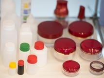 Bottiglie vuote della plastica dei prodotti di bellezza Immagini Stock