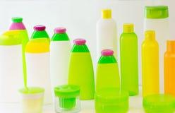Bottiglie vuote della plastica dei prodotti di bellezza Fotografia Stock