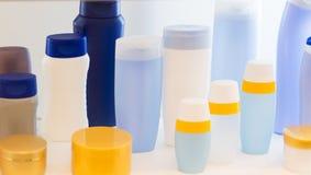 Bottiglie vuote della plastica dei prodotti di bellezza Immagine Stock
