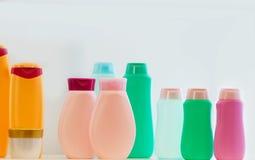Bottiglie vuote della plastica dei prodotti di bellezza Fotografie Stock