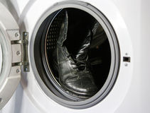 Bottines en cuir noires dans la machine à laver Photographie stock