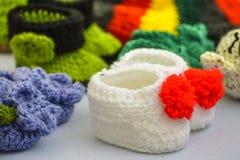 Bottini lavorati a maglia bianchi del bambino Immagini Stock