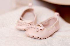 Bottini rosa del bambino su fondo Fotografie Stock Libere da Diritti