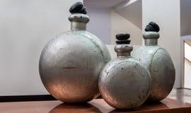 Bottl antigo interior do perfume da alumina da sala de exposições Imagens de Stock Royalty Free