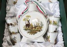 Bottl feito a mão do palinka da aguardente da porcelana dos presentes húngaros originais foto de stock