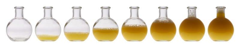 bottle för banavatten för clippingen exponeringsglas isolerad mineralisk white Royaltyfria Bilder
