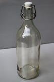 bottle för banavatten för clippingen exponeringsglas isolerad mineralisk white Arkivbild