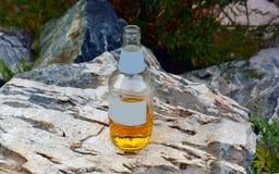 bottle för banavatten för clippingen exponeringsglas isolerad mineralisk white Arkivbilder