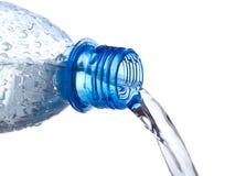 bottle ner plastic hällande vatten royaltyfria bilder