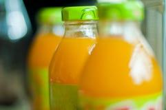 bottles fruktsaft Arkivfoton