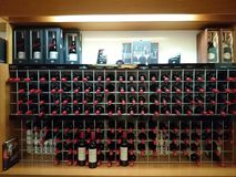 bottles hyllawine Royaltyfri Bild