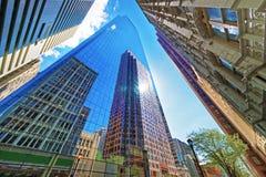 Bottna upp sikt på skyskrapor reflekterade i exponeringsglas i Philadelphia Royaltyfria Foton
