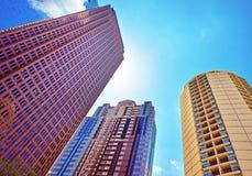 Bottna upp sikt på skyskrapor som avspeglas i exponeringsglaset Royaltyfria Bilder
