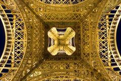 Bottom-up-Ansicht des Eiffelturms Stockbilder