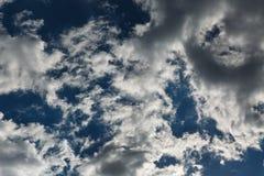Bottom up mening van grijsachtig-witte altocumuluswolken vroeg in een de zomerochtend Mooie dramatische wolk scape Royalty-vrije Stock Fotografie
