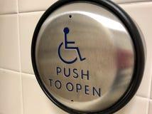 Bottone automatico di accesso della porta di handicap immagine stock
