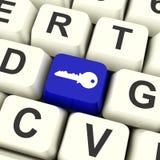 Bottone blu del computer chiave che mostra sicurezza e protezione Fotografia Stock Libera da Diritti