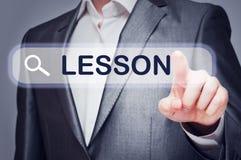Bottone commovente di lezione dell'uomo sullo schermo virtuale Fotografia Stock Libera da Diritti