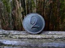 Bottone d'ottone dell'esercito anziano con il numero due Fotografie Stock