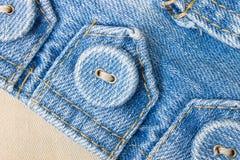 Bottone dei jeans sulla vista del pendio dell'etichetta del tessuto dei jeans Fotografia Stock Libera da Diritti