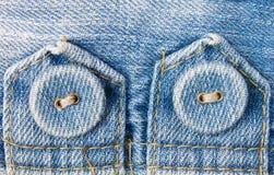 Bottone dei jeans sulla vista di orizzontale dell'etichetta del tessuto dei jeans Fotografie Stock Libere da Diritti