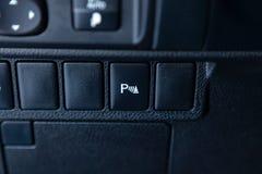 Bottone del sensore di distanza durante il parcheggio sulla console concentrare del primo piano quadro portastrumenti dentro un'a immagine stock libera da diritti