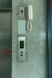 Bottone dell'elevatore e telefono bianco Fotografia Stock