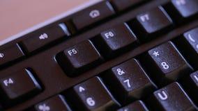 Bottone della tastiera per spegnere un computer stock footage