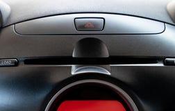 Bottone di emergenza dell'automobile e scanalatura del giocatore di CD/DVD nel posto dell'autista immagini stock