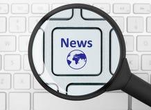 Bottone di notizie sotto la lente d'ingrandimento Fotografia Stock Libera da Diritti