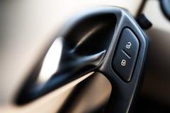 Bottone di serratura della porta in un'automobile Immagine Stock