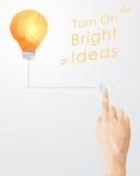 Bottone di stampaggio a mano che accende lampadina Fotografia Stock