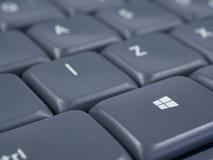 Bottone di Windows sulla tastiera grigia con il fuoco ed il fondo molle Fotografia Stock Libera da Diritti