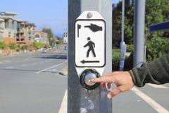 Bottone pedonale di attraversamento con la mano Immagine Stock