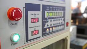 Bottone rosso di potere - telecomando industriale Sicurezza energetica - pannello dell'amministrazione di sistema video d archivio