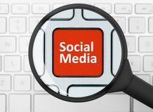 Bottone sociale di media sotto la lente d'ingrandimento Immagini Stock Libere da Diritti